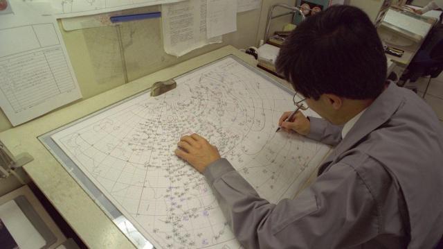 手書きで作られる天気図=2007年2月
