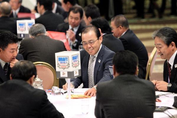 3回連続で抽選を外し、テーブルの真ん中に外れくじを重ねて置くオリックスの岡田監督=2010年10月28日