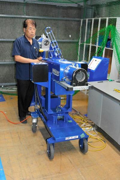 圧縮空気式のピッチングマシン。連続発射も可能