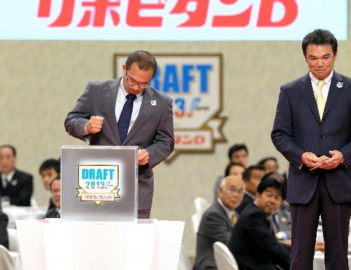 大瀬良投手の交渉権を獲得した広島の田村スカウト(左)。右は阪神・和田監督=2013年10月24日