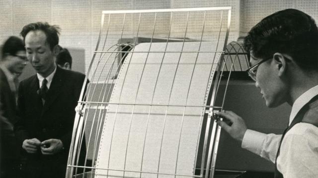 気象庁に備えられた当時、世界最大級の電子計算機「IBM704」=1959年3月9日