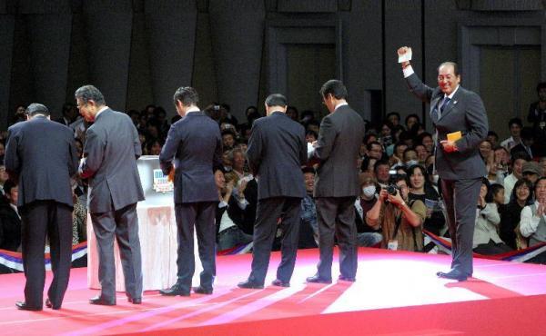花巻東高の菊池雄星投手との交渉権を得た西武の渡辺監督=2009年10月29日