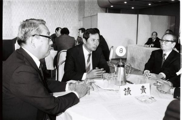 ドラフト会議 PL学園の桑田真澄を指名した巨人の王貞治監督ら=1985年11月20日