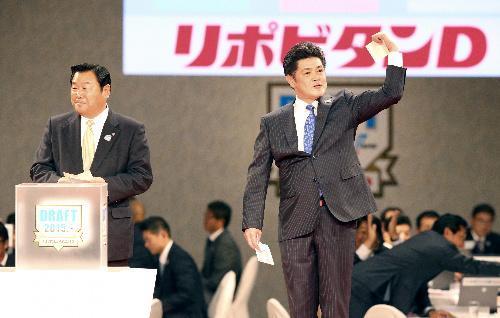 高橋純平投手の交渉権を得てガッツポーズをするソフトバンクの工藤監督=2015年10月22日