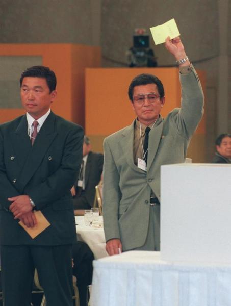 「プロ野球の新人選択(ドラフト)会議」・四球団が競合した平安高の川口知哉投手を獲得、当たりくじをかかげるオリックスの仰木監督。左は近鉄の佐々木監督=1997年11月21日