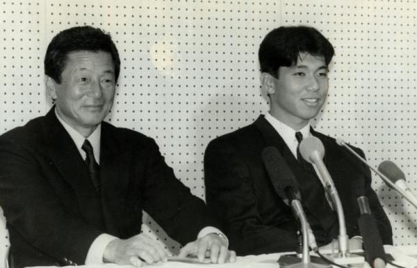 にこやかに記者会見する近鉄・仰木 彬監督(左)と、野茂 英雄選手=1989年11月27日
