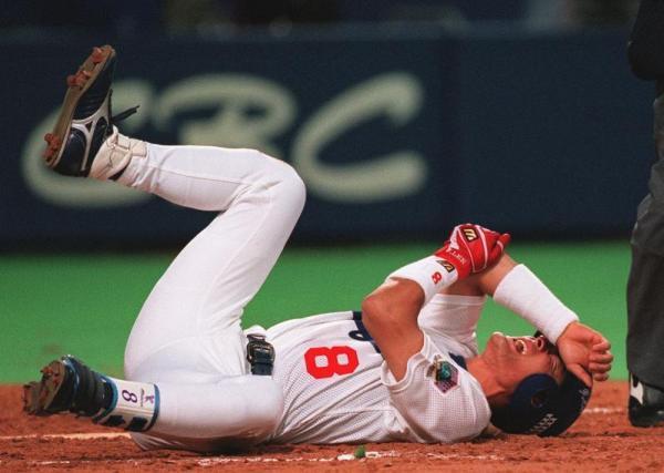 右ひじに死球を受け骨折した中日・李選手=1998年6月23日