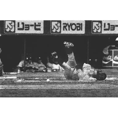 左手に死球を受ける掛布雅之選手=1986年4月20日