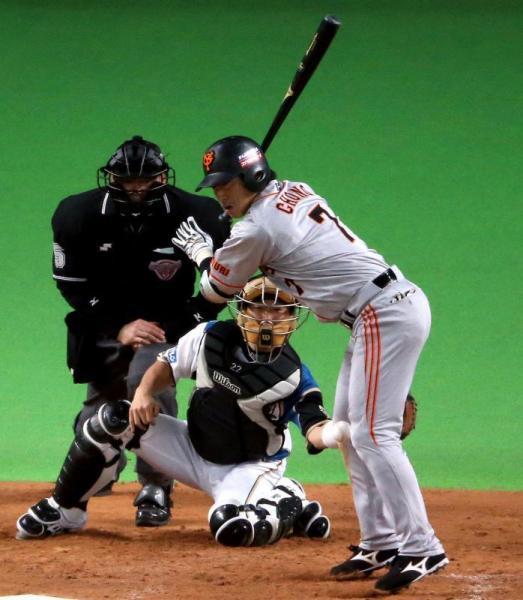 ひざ付近に死球を受ける長野選手=2012年11月1日