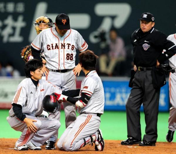 しゃがみこんで頭部への死球をアピールする加藤選手=2012年11月1日