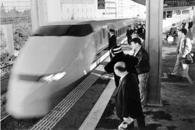JR名古屋駅を初めて素通りする新幹線のぞみの一番列車=1992年3月