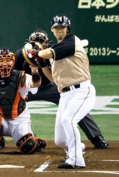 左手甲付近に死球を受ける中田選手=2012年10月28日