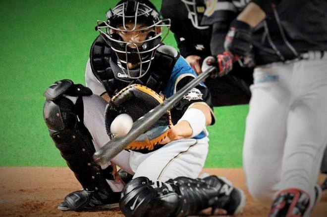 日本ハムの大野捕手。ボールが「当たる」危険と常に隣り合わせ