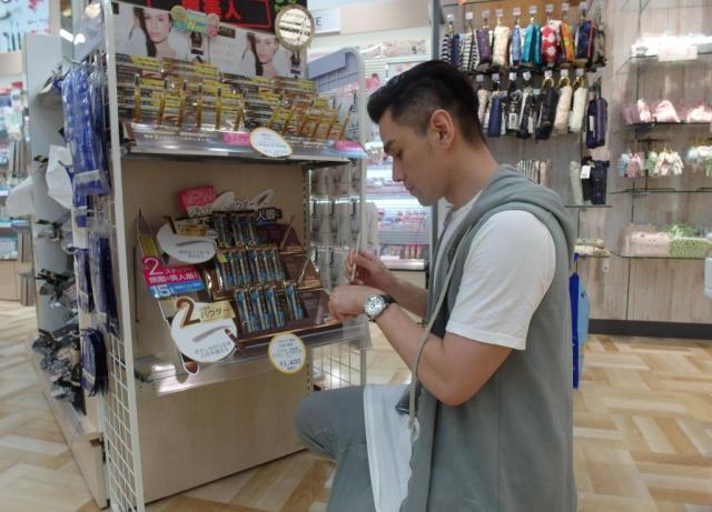 北海道で熱心に化粧品をチェックしている