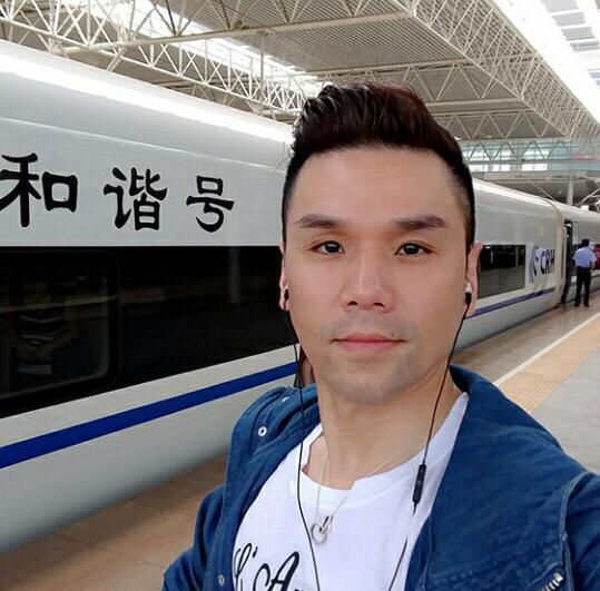 高速鉄道に乗り、中国国内移動するkevinさん