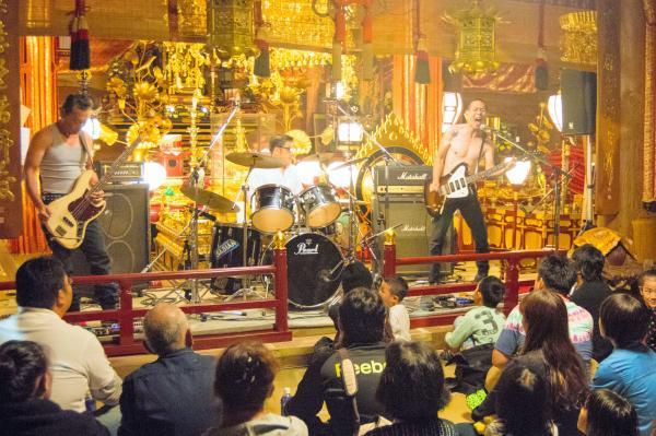寺の本堂で開いた、ロックバンドのコンサート=2014年11月1日、高知県室戸市
