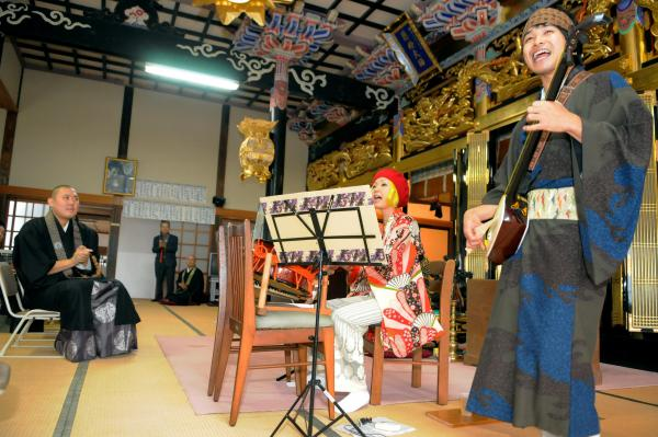 法要の合間に開かれる芸能ライブ。住職もノリノリ=2011年10月30日、益田市匹見町