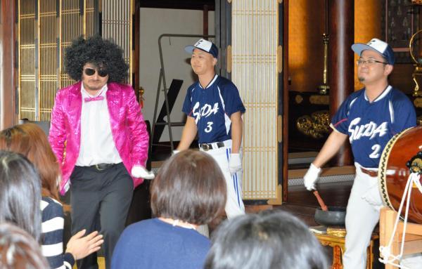 お寺で開かれた婚活イベント。演芸を披露する僧侶も=2016年4月3日、福岡県行橋市