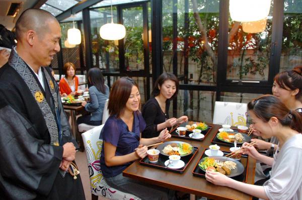 渋谷で開かれた「高野山カフェ」。写経や僧侶との交流会、精進料理も=2007年9月10日、東京都渋谷区