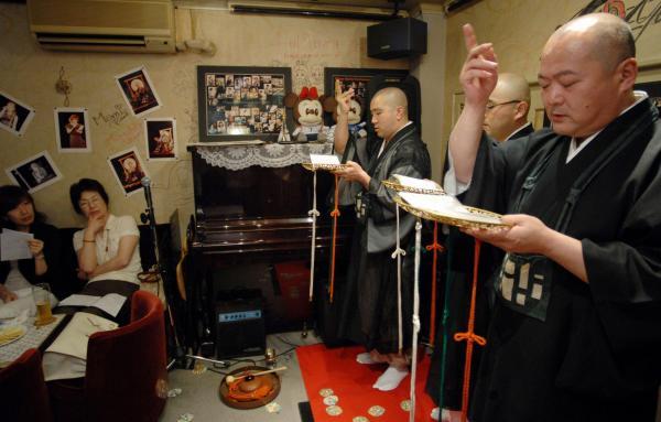 ライブハウスで「声明」を披露する僧侶たち=2007年7月19日、東京都江戸川区