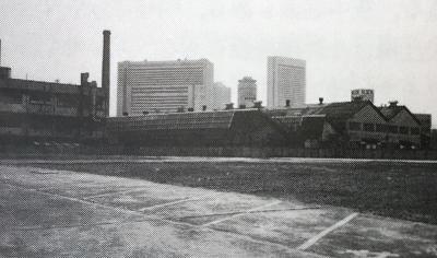 1988年当時の建設予定地。にぎわう大阪駅方面(写真奥)に対し、寂れた工場地帯だった