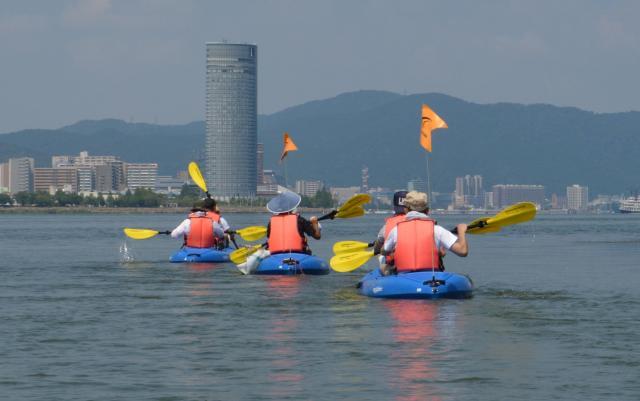 今年8月、池田教授は「『急がば回れ』は本当か?」と疑問をもち、語源の舞台・琵琶湖で再現実験を敢行した。とにかく行動派