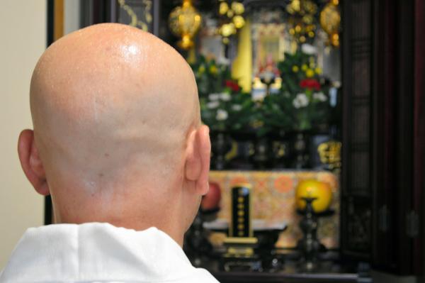「お坊さん便」から手配され、四十九日の法要をする僧侶
