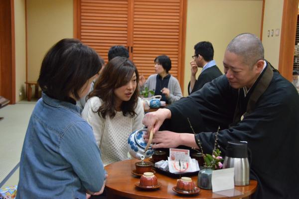 「お坊さんカフェ」では、僧侶がおもてなし=2014年2月8日、松江市