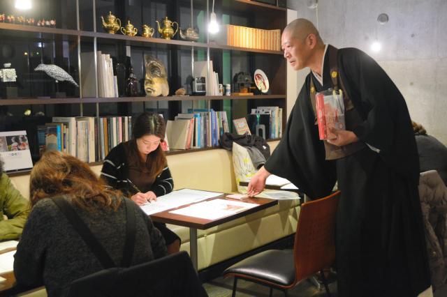 般若心経を写経する「写経カフェ」 ※画像の僧侶は本文とは関係ありません