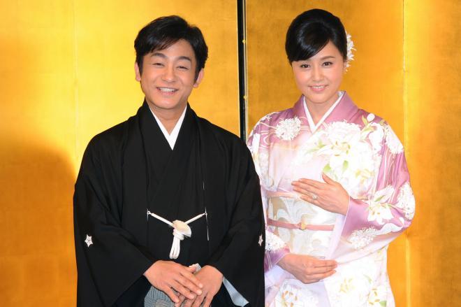 結婚記者会見で並ぶ片岡愛之助さん(左)と藤原紀香さん=2016年3月31日