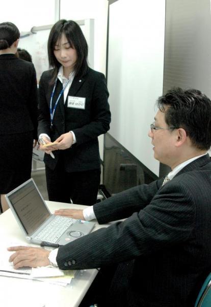 仕事の進め方について上司役の講師(右)から厳しく指導を受ける新入社員たち