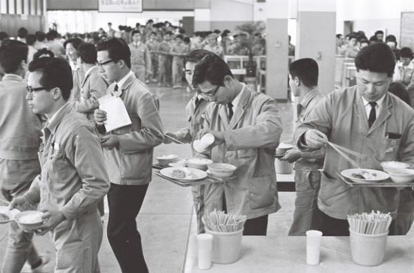 セルフサービスの社員食堂=1966年4月