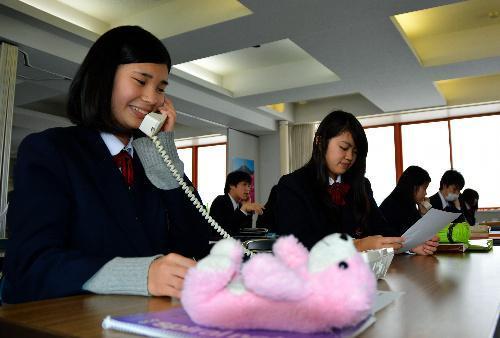 電話応対の実習をする高校生=2015年12月17日