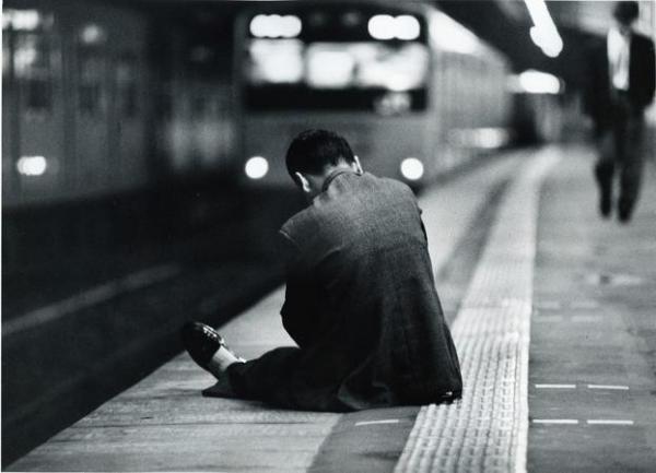 終電が去って、ホームに座り込んでしまったサラリーマンのうしろ姿=1991年12月10日