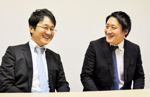 第一生命保険の井石純一郎さん(左)と小林将大さん。小林さんは「U-29サラ川グランプリ」の選考係を担当した=東京都千代田区