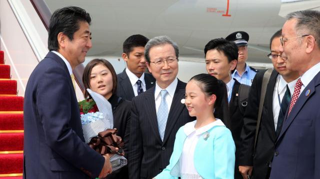 G20首脳会議出席のため、中国・杭州に到着し、程永華駐日中国大使(中央)らの出迎えを受ける安倍晋三首相(左端)=2016年9月4日、杭州蕭山空港、飯塚晋一撮影