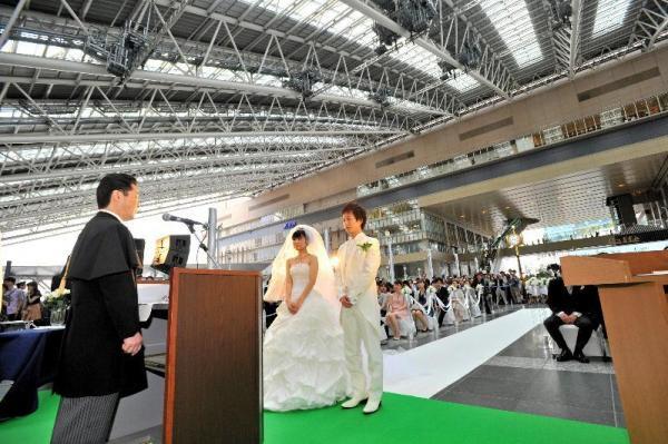 JR大阪駅の「時空の広場」で愛を誓う新郎新婦=2012年6月3日、大阪市北区