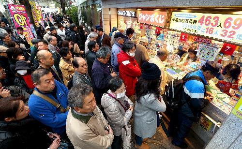 年末ジャンボ宝くじが発売され、「西銀座チャンスセンター」前には購入する人の列ができた=2015年11月25日