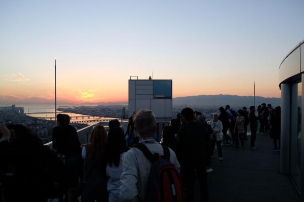 夕焼けを眺める展望台の観光客たち。外国人がほとんどだった