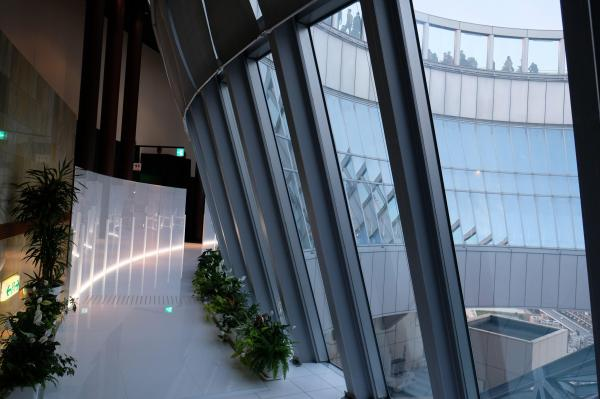 回遊できるようになった39階フロア。アクリルボードが敷かれ、近未来的な雰囲気だ