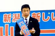 新潟県知事選で柏崎市で演説する米山隆一さん=2016年10月8日