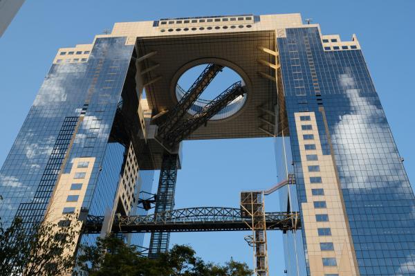 梅田スカイビル。空中庭園へV字に伸びているのはエスカレーター