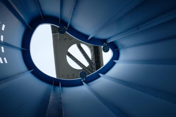 青のオブジェから見上げた空中庭園