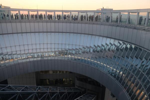 展望台からみたすり鉢状の空中クレーター。ガラスに写り込む風景も面白い