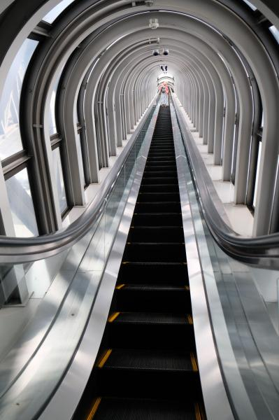 最上部の空中庭園にはエレベーターの後、長いエスカレーターで進む。窓越しに外の風景が見え、スリリングだ