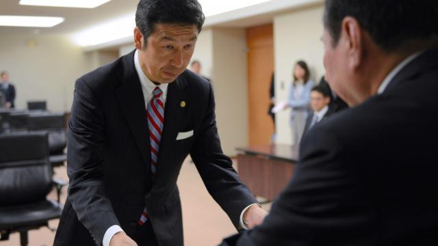 当選証書を受け取った米山隆一さん(左)=2016年10月18日