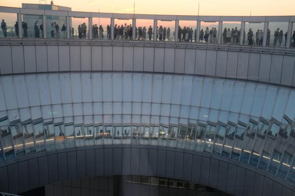 展望台からみたすり鉢状の空中クレーター。上には見物客がびっしり