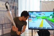 「傘ゴルフ」に熱中する参加者=横浜市