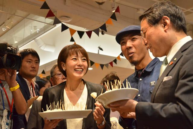 イベントでは、平井知事らが県産の梨を食べて、来県をアピール