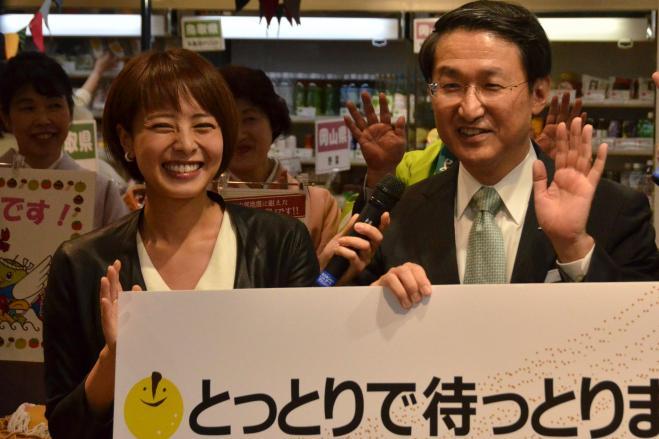 「『鳥取中部地震』と呼んで」と呼びかけている鳥取県の平井伸治知事(右)